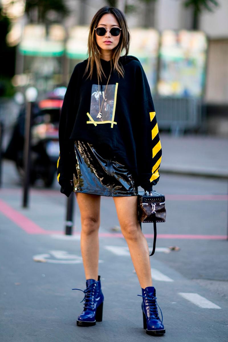 Sudadera, falda acharolada y botas con cordones: el uniforme del momento para chicas con mucha personalidad.