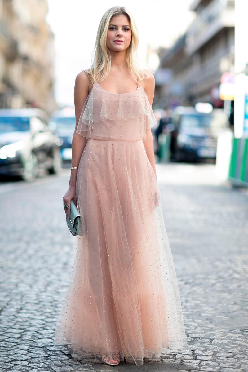 Los vestidos vaporosos en tonos claros son atemporales.