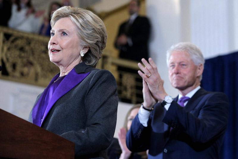 La corbata de Bill Clinton y el traje de Hillary destacaban los tonos violeta.