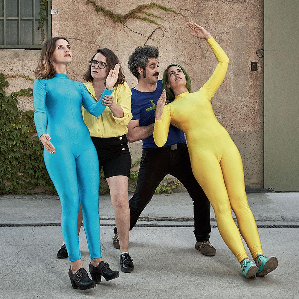 De izquierda a derecha: Blanca Lamar (bajista y voces), Raquel Tomàs (teclados), Pau Albà (batería) y Tuixén Benet (guitarra y voces). Los monos los utilizaron para un videoclip y los han incorporado a la indumentaria de sus shows.