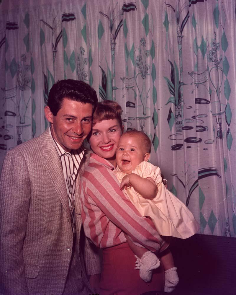 Retrato familiar de Carrie Fisher y sus padres, la actriz Debbie Reynolds y el cómico/maestro del entretenimiento Eddie Fisher.
