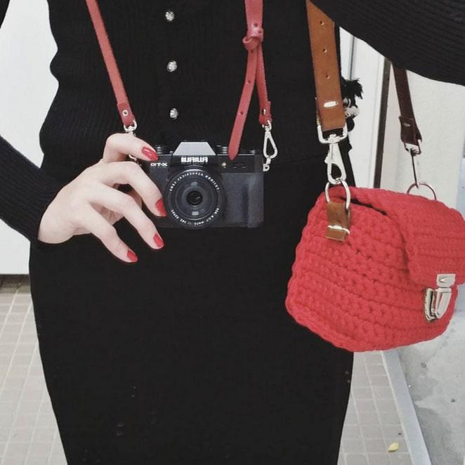 Con ganchillo también posible hacer una funda para la cámara de fotos.