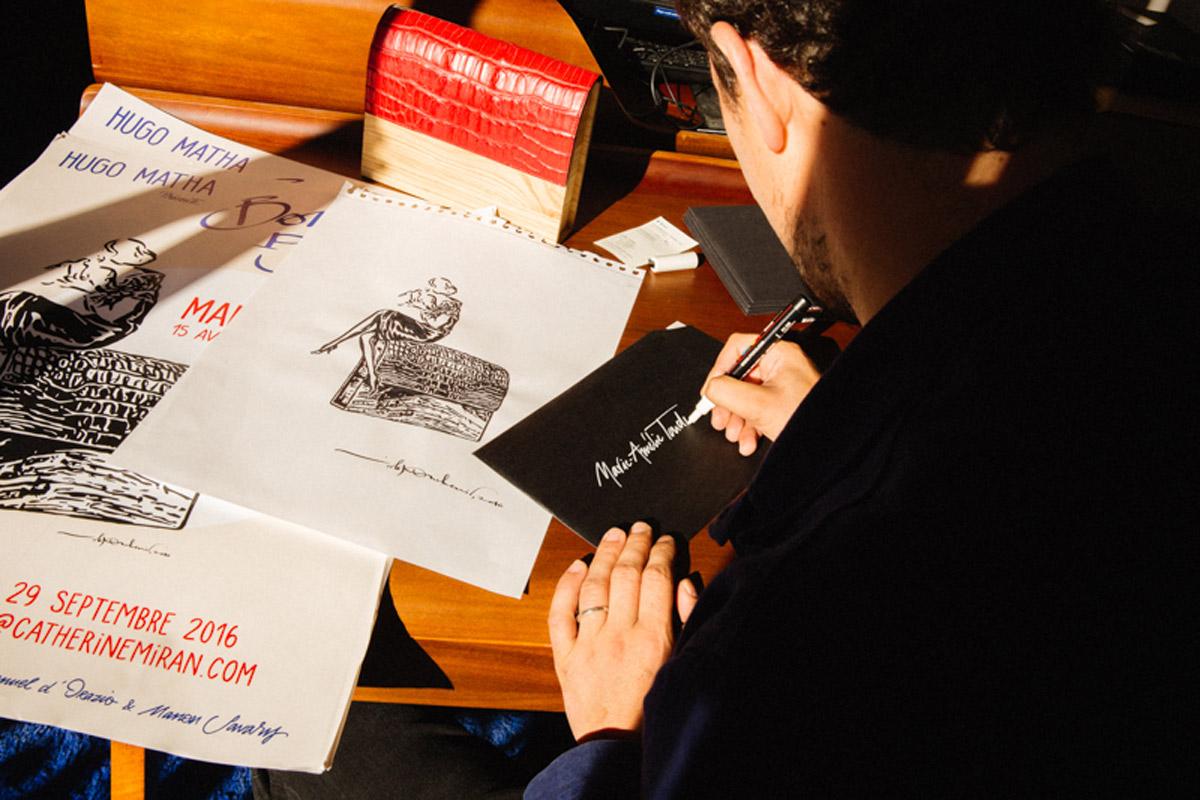 Ouchenir trabajando en uno de sus alfabetos.