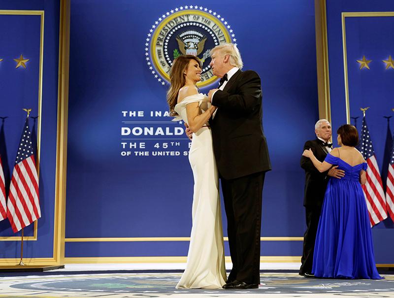 Así bailaron 'My way' Donald Trump y Melania (a pesar de la oposición de Nancy Sinatra)