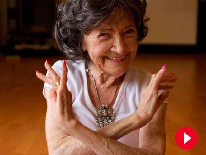 Así practica yoga, con 98 años, la profesora más longeva del planeta