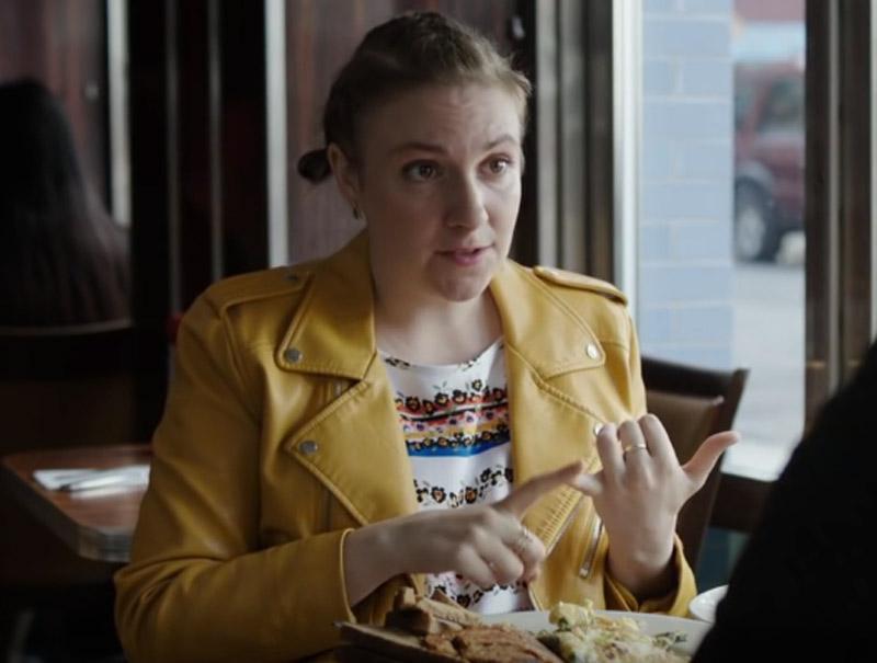 Lena Dunham se rinde ante la chaqueta amarilla de Zara