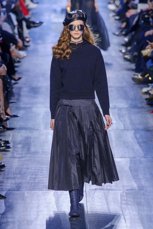 El ejército de chicas Dior viste de azul y lleva boina