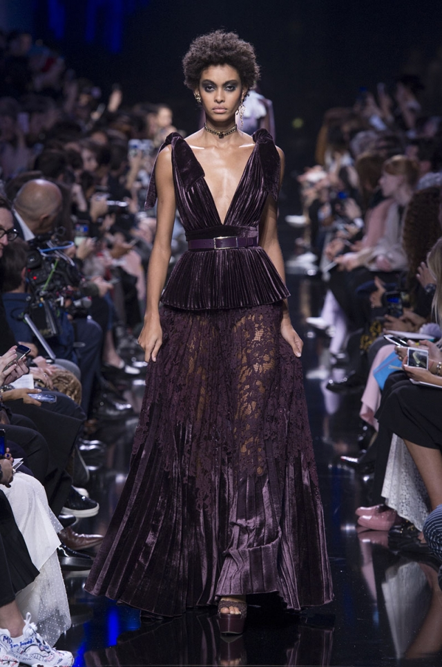 Hailey Baldwin capitanea la nueva colección de Elie Saab