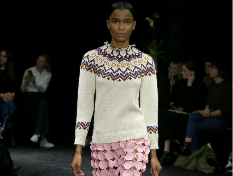 El jersey que conquistará el 'street style' está en el desfile de Loewe