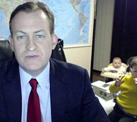 Mira cómo estos dos niños interrumpen a su padre en directo en la BBC