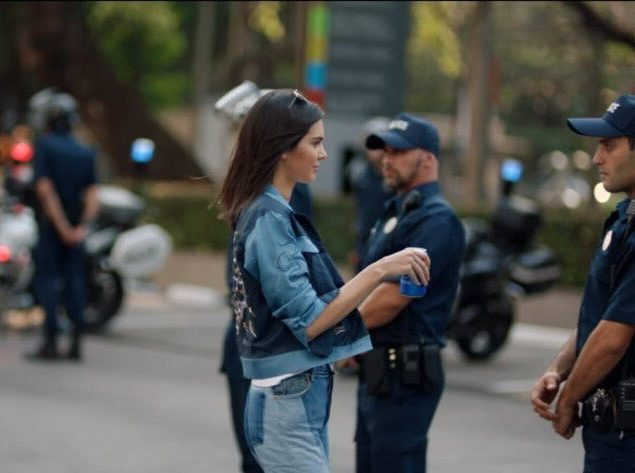 Internet enloquece con el polémico anuncio de Pepsi y Kendall Jenner