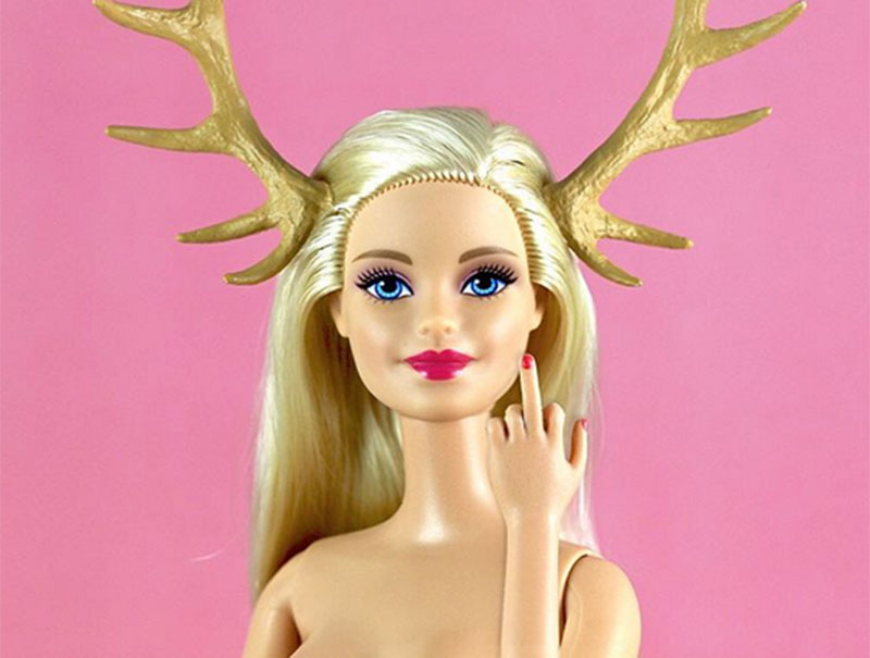 Fumadora, con celulitis y sin sujetador: la Barbie no quiere ser mujer florero