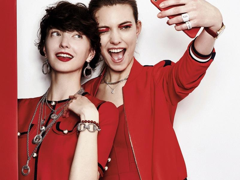 Código rojo: así se combinan las prendas de la temporada con las nuevas joyas