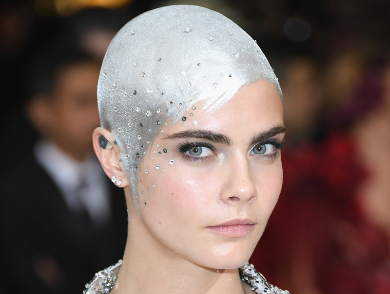 Adiós, melenas de la 'jet set': la gala de las cabezas rapadas (y futuristas)