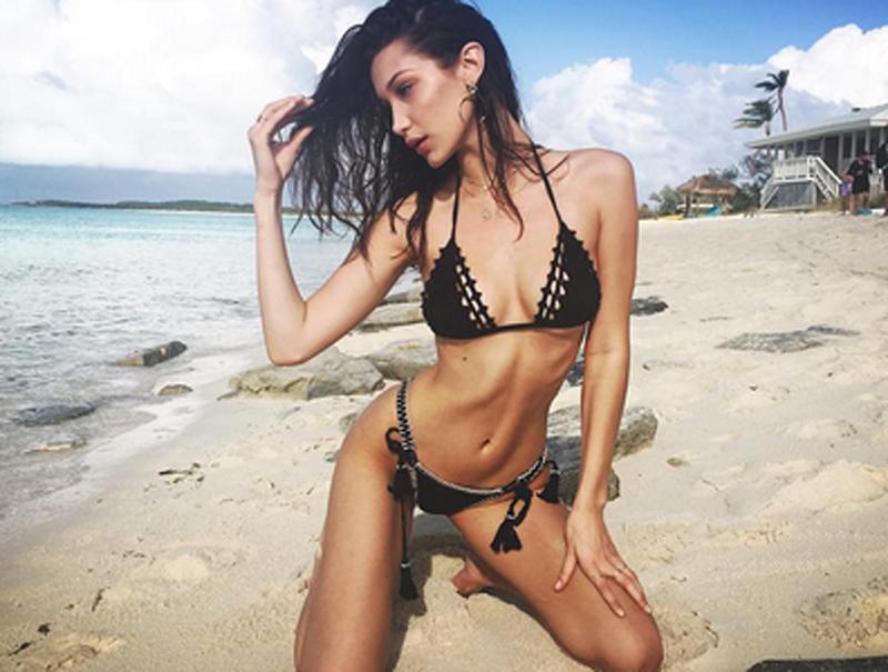 Marcar costillas en bikini y otras poses de moda en Instagram para amargarte el verano