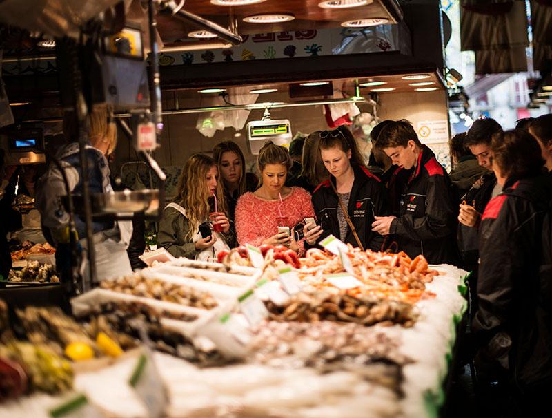 'Síndrome Boquería': cómo evitar que el turista mate de éxito al mercado del barrio