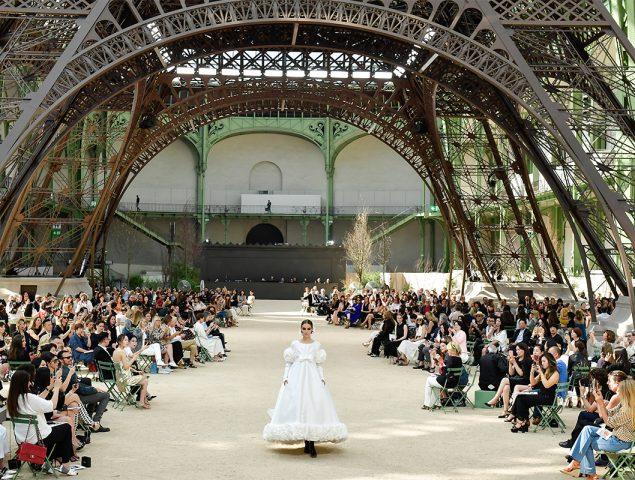 Chanel rinde homenaje a París (Torre Eiffel incluida) en la alta costura