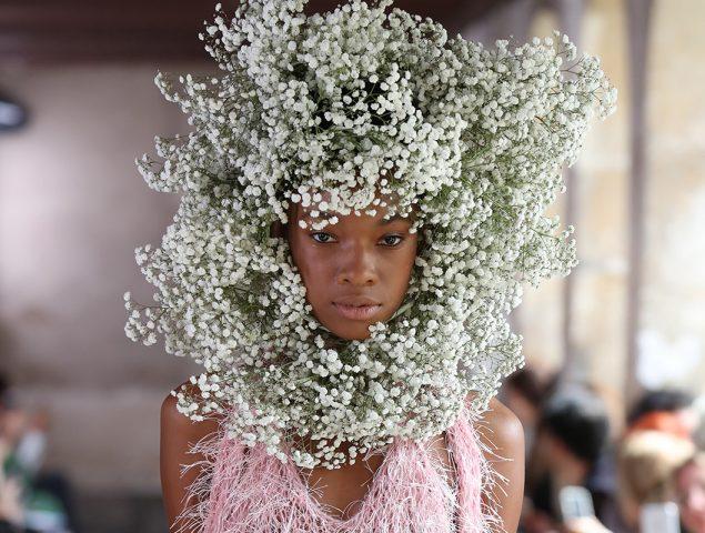 La corona de flores no ha muerto: se lleva en versión gigante
