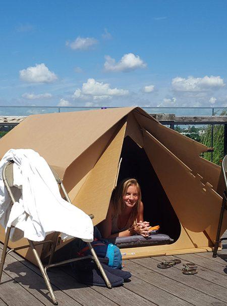 ¿Se nos va de las manos el alquiler vacacional? 150 euros por dormir entre cartones en una terraza