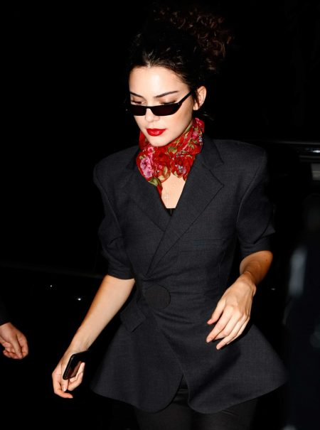Las gafas de sol diminutas estilo Matrix son el último accesorio venerado de la moda