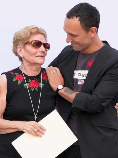 Cómo la madre de David Delfín emocionó a todos en su último homenaje