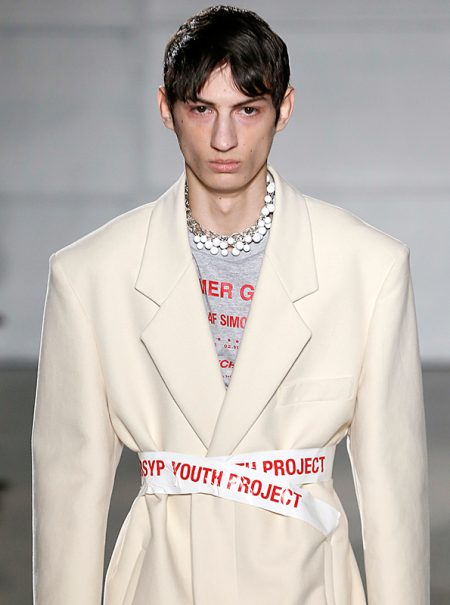 La moda quiere que te pongas cinta aislante a modo de cinturón (y cuesta 170 euros)