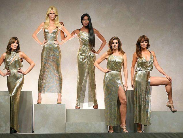 Donatella Versace homenajea a Gianni subiendo a la pasarela a las tops de los 90