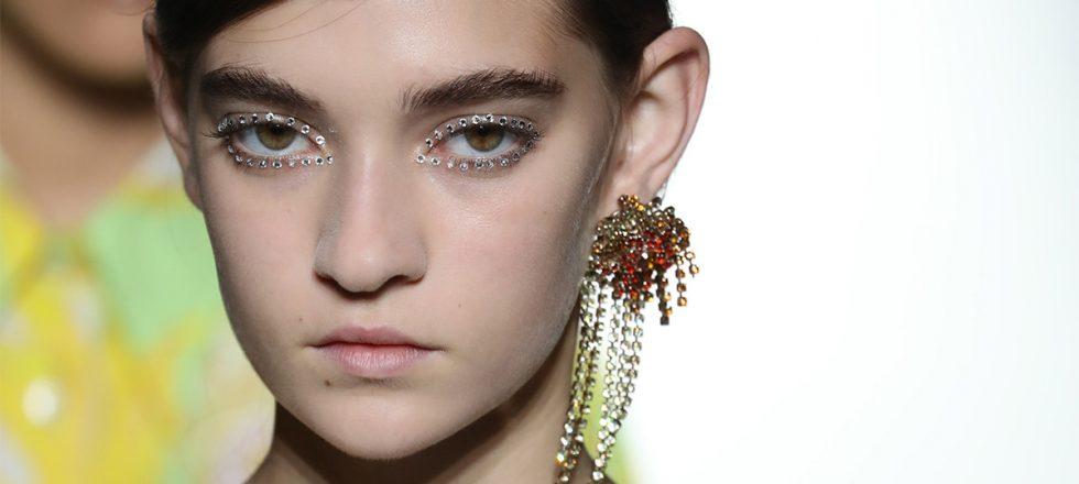 Dries Van Noten apuesta todo al 'eyeliner' de cristales Swarovski