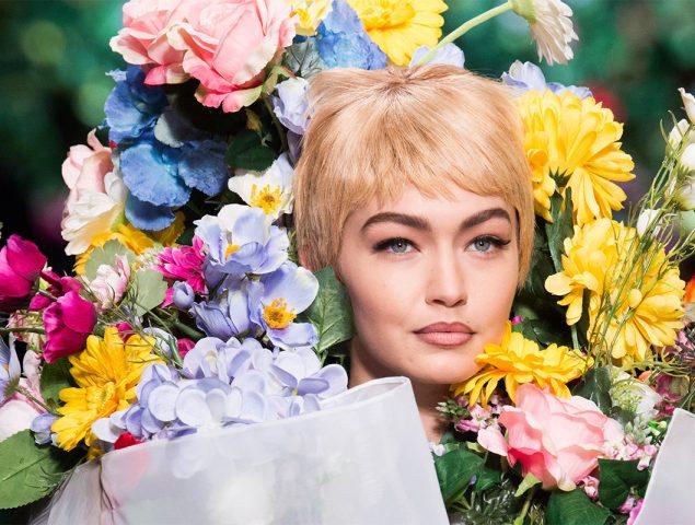 Moschino convierte a sus modelos en gigantescos ramos de flores