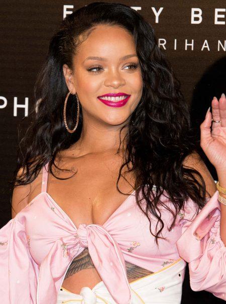 Belleza con mensaje: algo está haciendo bien Rihanna