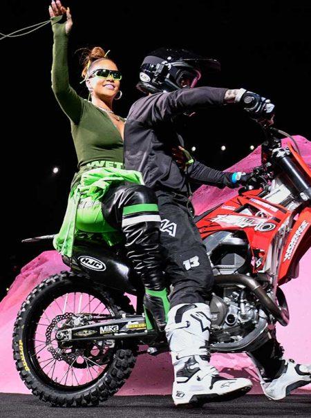 Rihanna inyecta adrenalina a la 'fashion week' con un espectáculo de motocross