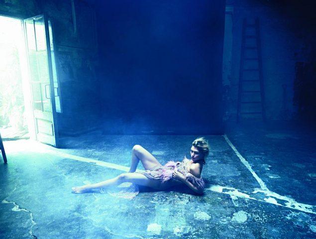 Hana Jirickova, la top eslava, en una producción de moda de otra dimensión