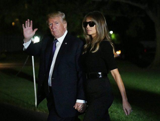 Melania Trump lleva gafas de sol por la noche (y Twitter le responde)