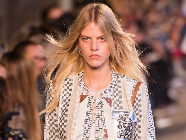 ¿Por qué las modelos desfilan tan serias?