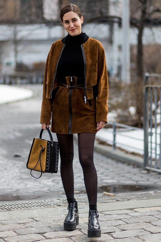 Vestido cafe con medias negras