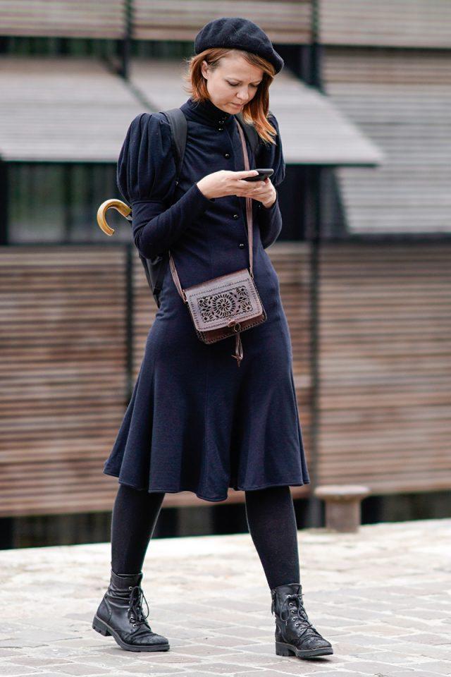 Vestido azul marino con botas marrones