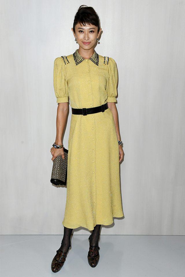 Vestido dorado y medias negras