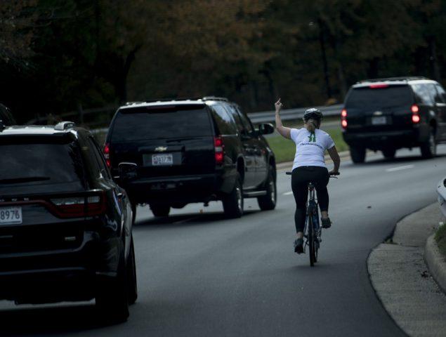 Despiden a la mujer que se hizo viral por hacer la peineta a Trump subida a su bici