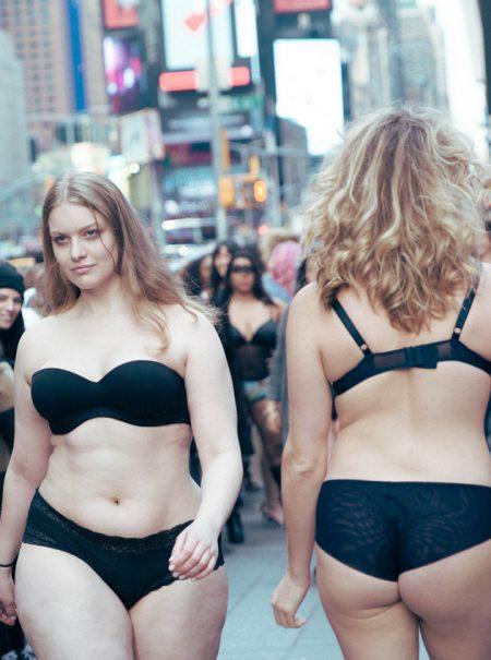 Modelos de talla grande paralizan Times Square en contra de Victoria's Secret