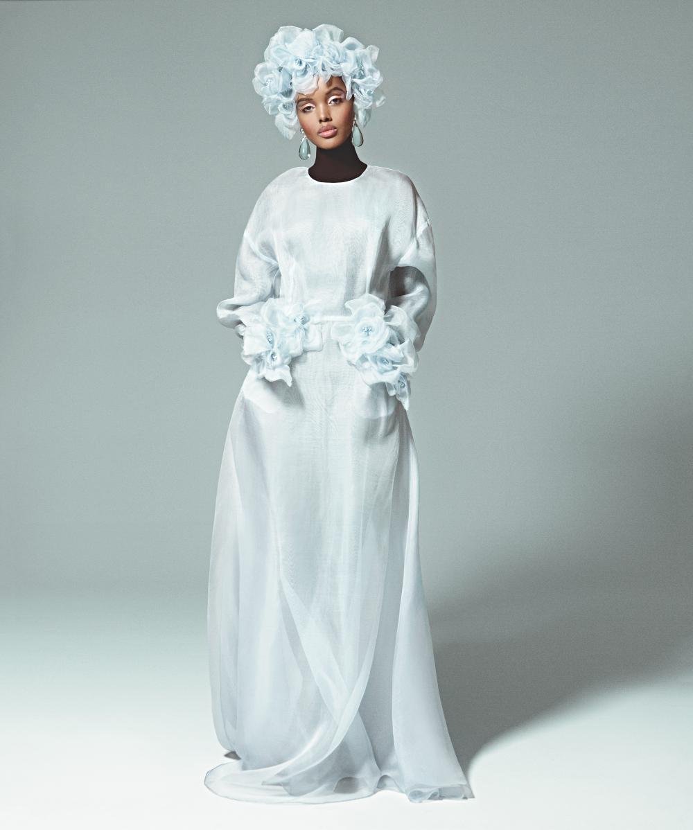 Vestido camisero de organza (1.350 €) y diadema de flores en seda natural (390 €), ambos de THE 2nd SKIN CO; body de PURIFICACIÓN GARCÍA (98 €) y pendientes de resina, metal y strass de CHANEL (890 €).