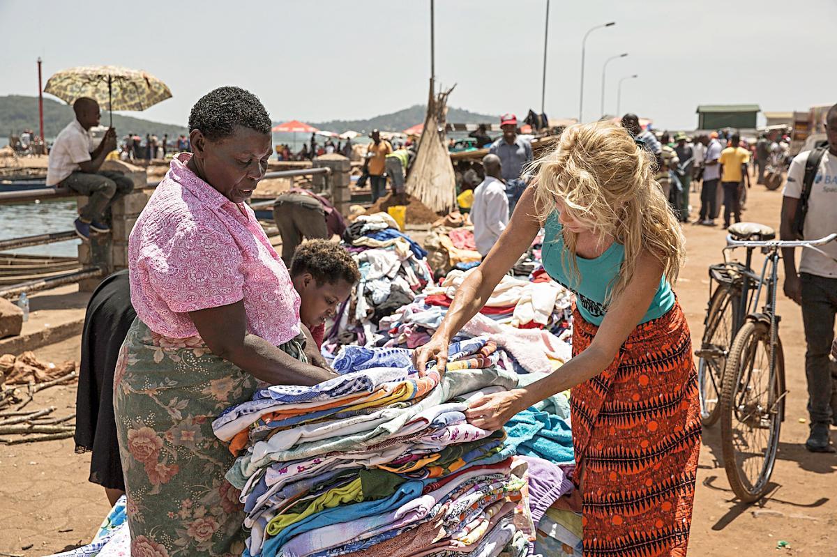 Belén Rueda en un puesto de telas en Ggaba.