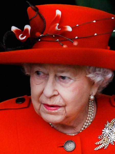La Reina de Inglaterra despide a la marca que le hacía los sujetadores por hablar de ella en un libro