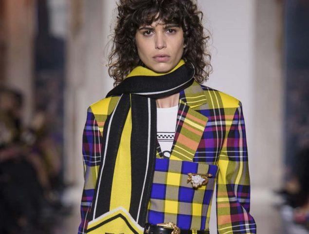 Las hinchas de Versace deslumbran en Milán
