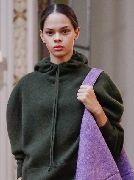 Los bolsos más gigantescos de Nueva York están en el desfile de Victoria Beckham