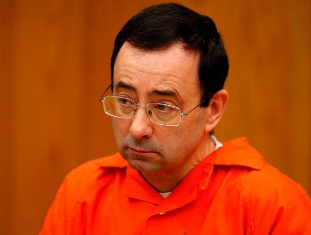 Vídeo: El padre de tres de las gimnastas abusadas intenta pegar a Larry Nassar