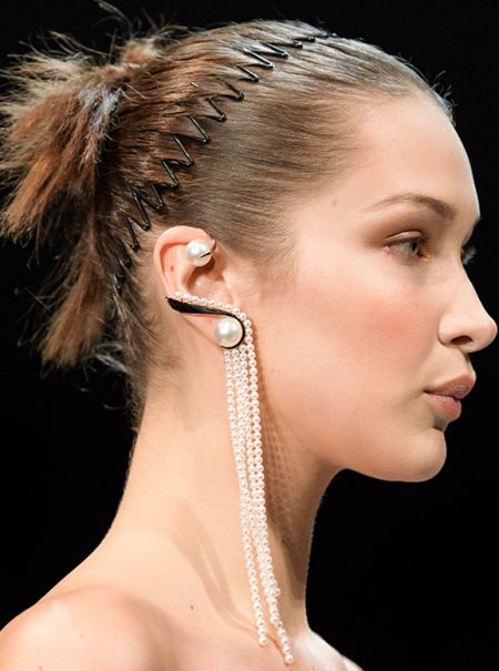 Pinzas, cintas y diademas zigzag: vuelven los accesorios capilares que llevaste en los 90