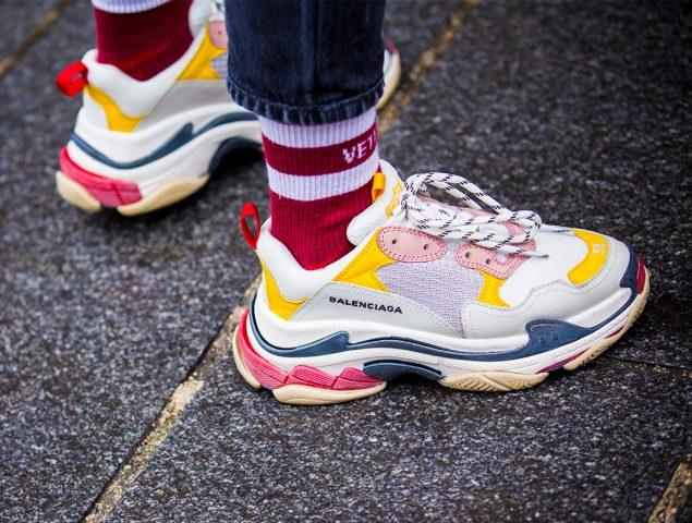 Las zapatillas feas 'de padre' invaden las calles de París