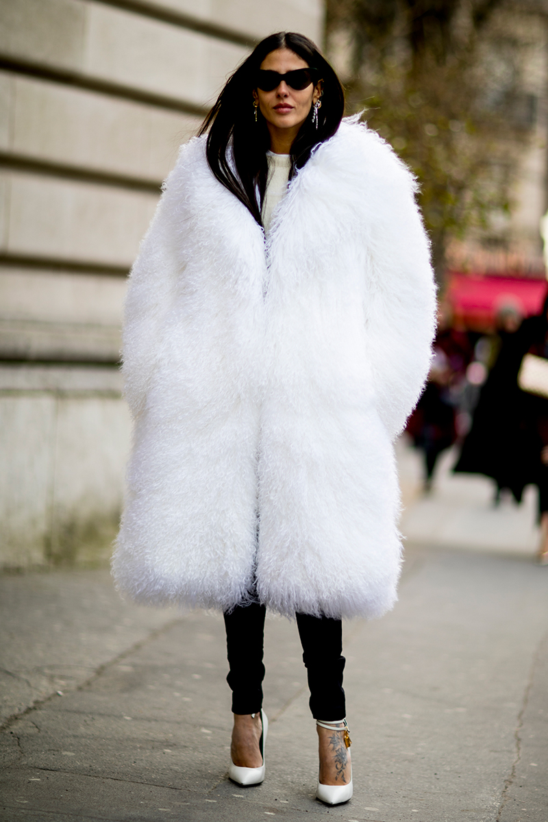 Resultado de imagen de abrigo yeti blanco street style