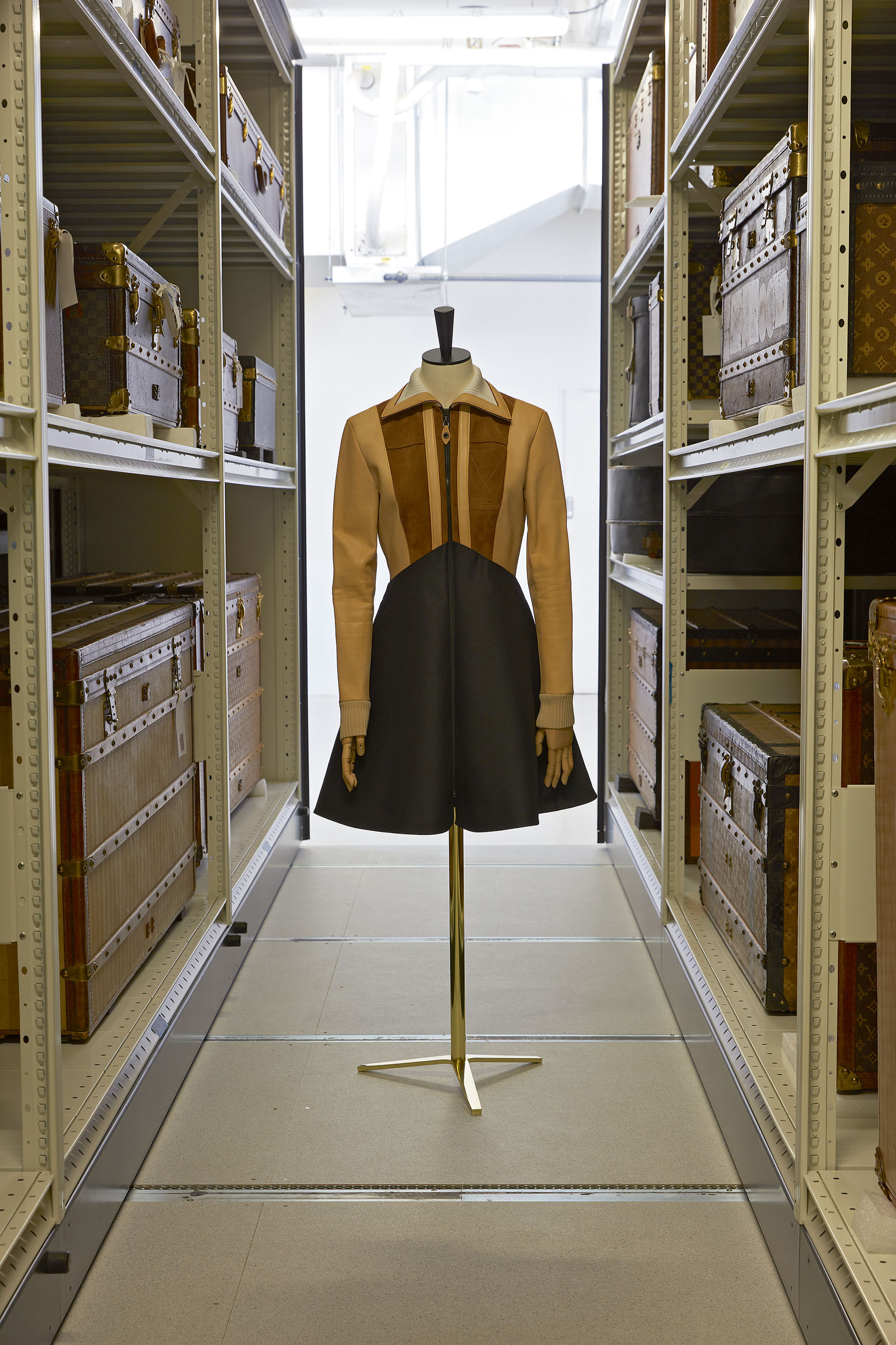 5a54ed1fd Vestido de cuero y seda, de la primera colección de Nicolas Ghesquière para Louis  Vuitton de la coleccion otoño-invierno 2014-2015, fotografiado en un ...