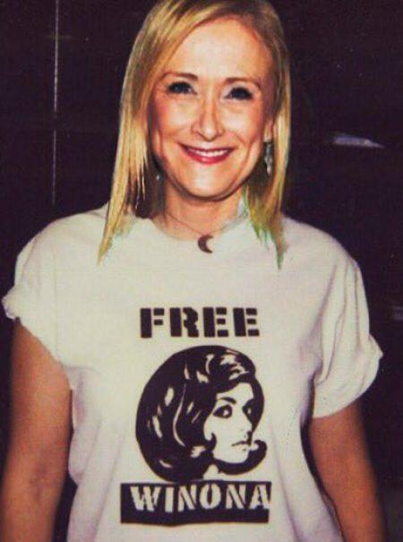 Unidas por los robos: de la camiseta de 'Free Winona' a la de 'Free Cifuentes'